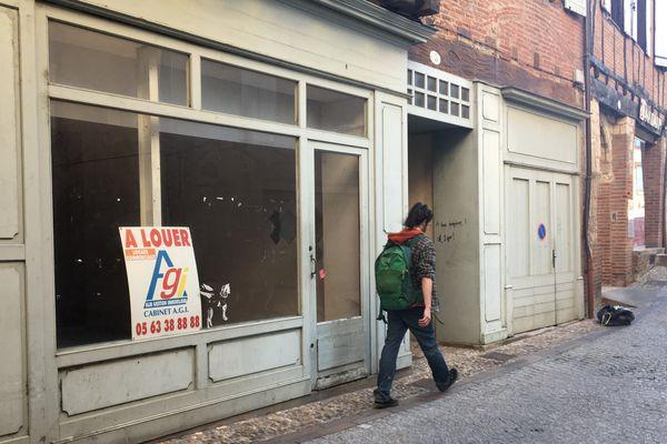 En se promenant dans le centre-ville d'Albi, il n'est pas rare de tomber sur des commerces fermés.