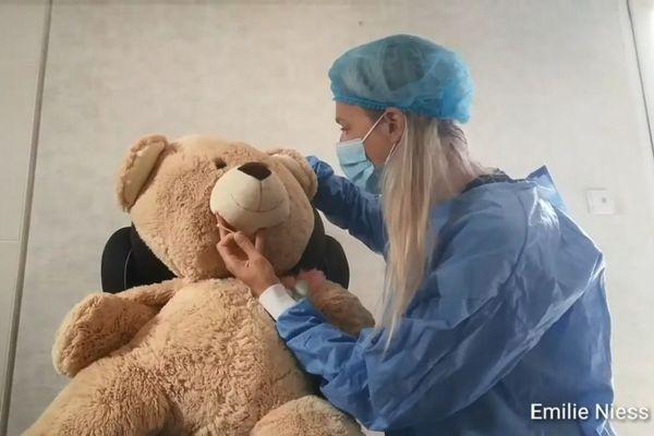 Émilie Niess, une enseignante de maternelle déguisée en infirmière pour pratiquer un test de dépistage du coronavirus sur un nounours.