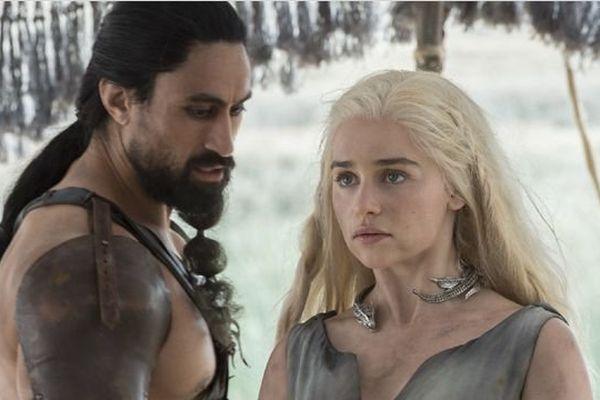 """""""Game of Thrones"""" L'épique fresque d'HBO a entamé sa sixième saison la nuit dernière. Jon Snow est-il mort (pour de vrai) ? L'hiver continue-t-il d'arriver ? Où sont les dragons ?"""