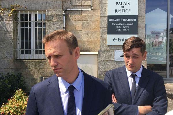 Alexeï Navalny avec son frère Oleg en arrière plan ce mardi 30 avril 2019 à Vannes
