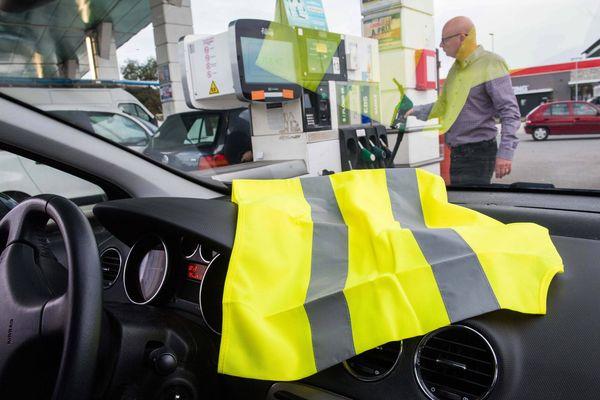 Le gilet jaune posé sur le tableau de bord est le signe de ralliement des automobilistes qui comptent participer aux blocages du 17 novembre.