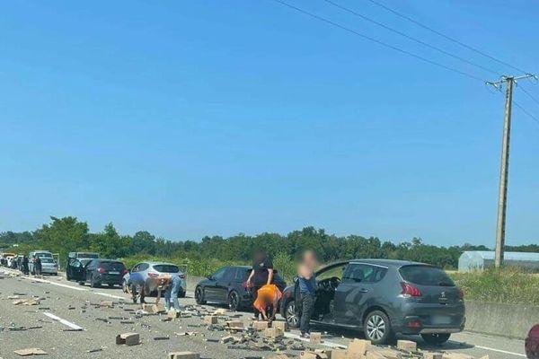 Des automobilistes, cartons sous le bras, se sont arrêtés pour tenter de récupérer des dosettes de café en pleine autoroute. Une scène inédite.
