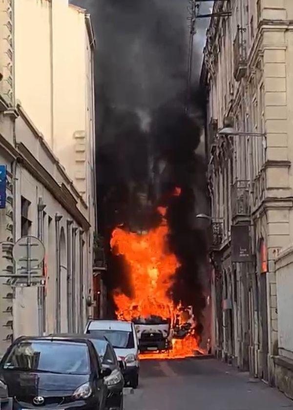 Montpellier - un camion poubelle prend feu et explose dans une ruelle du centre-ville - 19 août 2021.