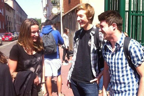 Maxime, entouré de camarades, à la sortie de l'épreuve d'histoire du baccalauréat.
