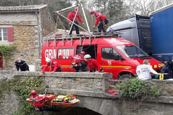 Meyrannes (Gard) - un chauffeur chute depuis un pont en sortant de son camion. Le Grimp 30 doit intervenir pour le sauver - 26 avril 2021.
