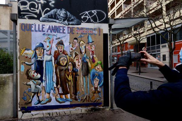 """Collage 4. """"Quelle année ! Où nos libertés, pour la bonne cause, sont restreintes, masques, paroles filtrées, chaînes aux pieds, laissez passer…"""" Clair Arthur"""