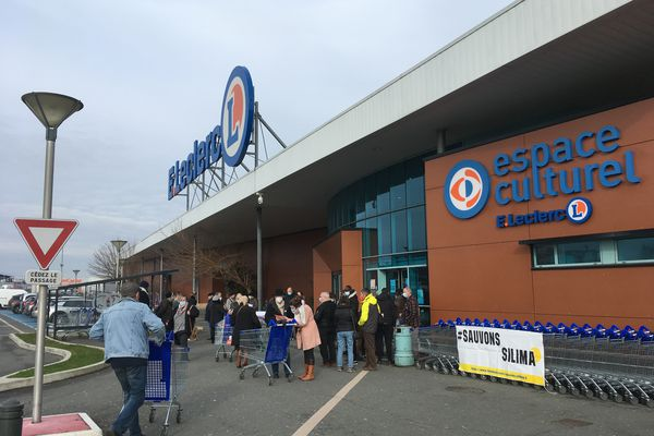 Un rassemblement de soutien à Silima a été organisé ce samedi 13 février devant le centre commercial Leclerc de Blaye, ou le jeune boulanger travaille en CDI.