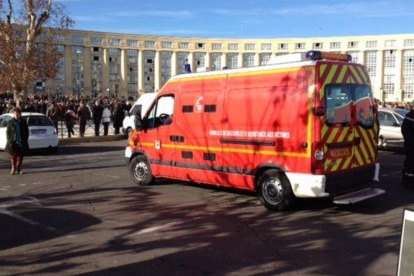 Montpellier - les secours stationnés place de l'Europe - 11 janvier 2015.