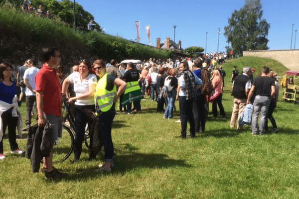 Plus de 200 personnes se sont rassemblés près du pont qui traverse la Loire entre Saint-Père-sur-Loire et Sully-sur-Loire dans le Loiret, le samedi 28 mai 2016.