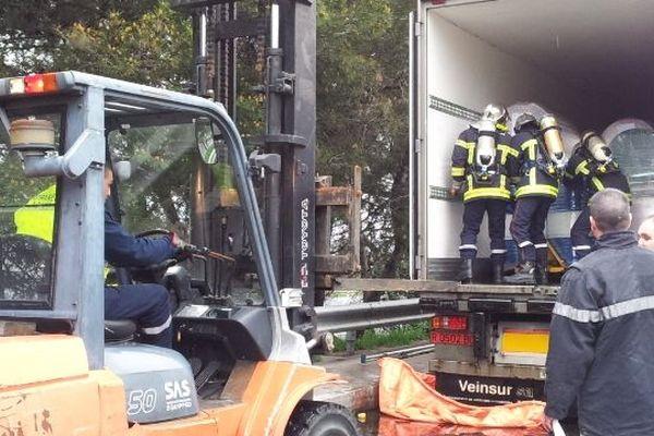 Les pompiers évacuent le fût de solvant endommagé