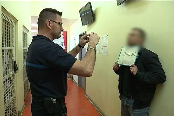 Au Centre national d'évaluation, le personnel examine toute l'histoire des détenus depuis qu'ils sont entrés en prison.