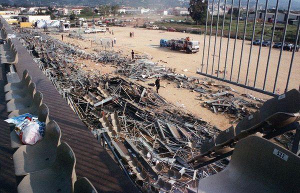 Photo prise le 6 mai 1992, un jour après l'effondrement d'une tribune du stade de Furiani lors de la demi-finale de Coupe de France entre le SC Bastia et l'Olympique de Marseille. Le drame a causé la mort de 18 personnes et en a blessé plus de 2300.