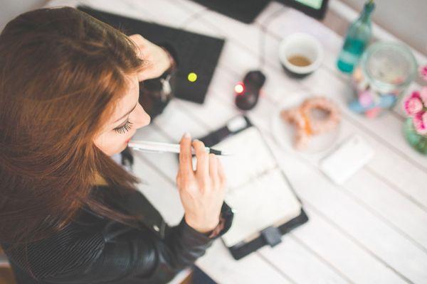 Une jeune femme en train de travailler avec son ordinateur.