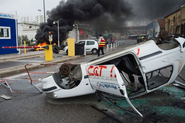 Les agents du Grand Port Maritime de Fos Marseille (GPMM) bloquent l'entrée 2C du port contre le projet du gouvernement de réformer le système de retraite.