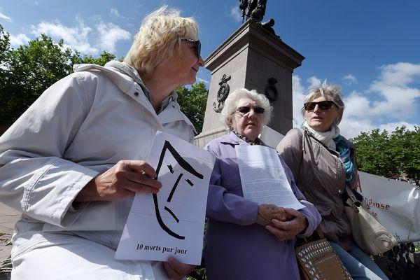 Lors de la manifestation des veuves de l'amiante, début juin à Dunkerque.