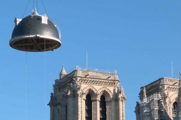 Ce dôme de 6 tonnes a été posé sur un bâtiment utilisé par la Préfecture de police de Paris.
