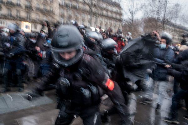 """Un policier photographié lors de la manifestation contre la loi """"Sécurité globale"""" le 30 janvier à Paris."""