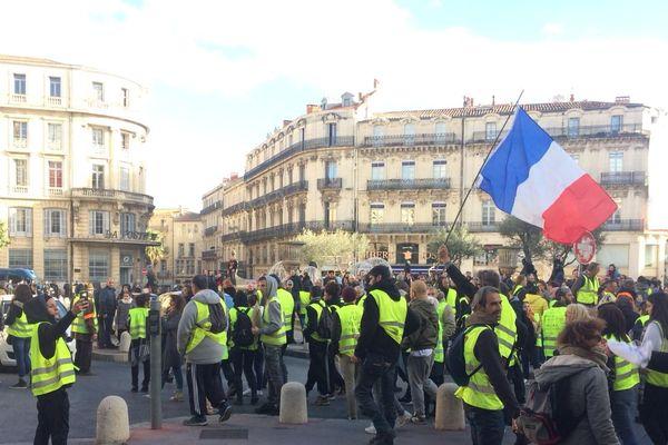 Les manifestants gilets jaunes se rassemblent devant la préfecture de l'Hérault, vers 15 heures