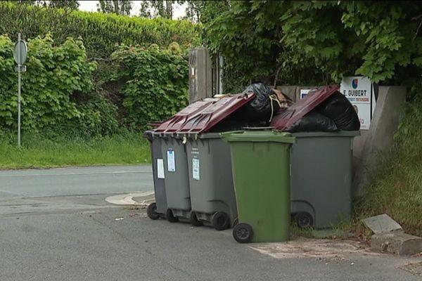 A Niort, les poubelles s'amoncellent depuis le début de la semaine. Les agents territoriaux en grève réclament une hausse des salaires - 4 mai 2019