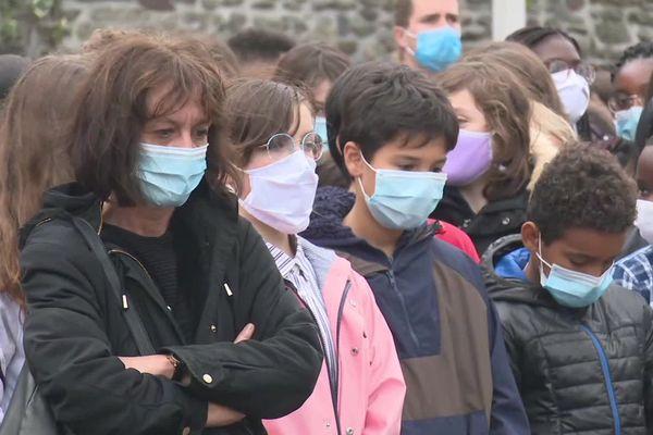Une minute de silence observée au collège Echange à Rennes.