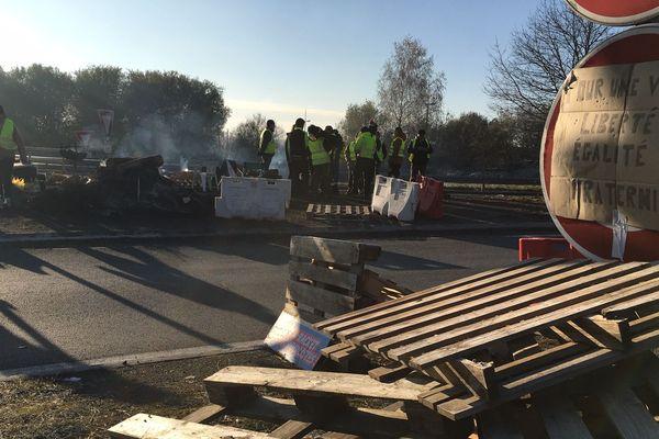 La police a demandé aux gilets jaunes d'évacuer le rond-point de Family-Village, à Limoges, mercredi 21 novembre. Mais dans le Limousin d'autres barrages persistent.