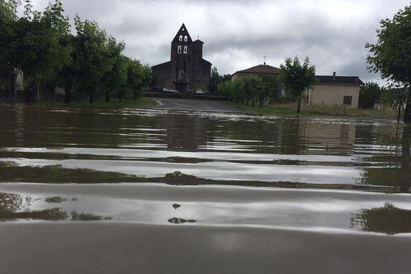 Le village de Bascons s'est réveillé les pieds dans l'eau ce mardi matin 12 juin. Pourtant, il n'y a pas de rivière ou cours d'eau qui traverse la commune.