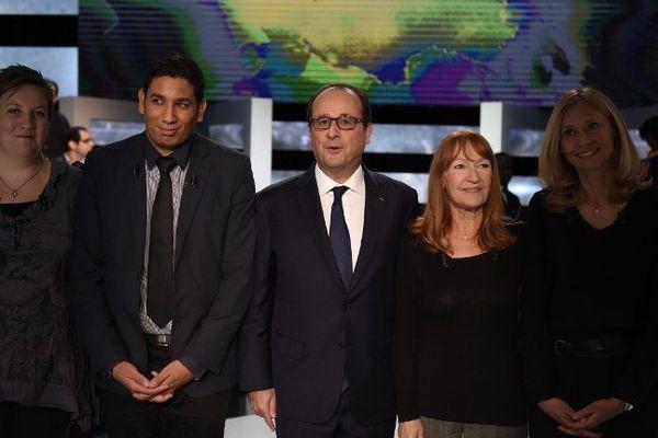 Hassen Hammou à la droite de François Hollande lors d'un débat télévisuel au cours duquel il a pu poser des questions au chef de l'Etat.