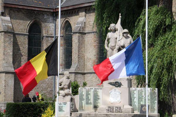 A Comines-Warneton en Belgique, les drapeaux devant le monument aux morts sont en bernes à l'occasion de la journée de deuil national décrétée après les inondations meurtrières.