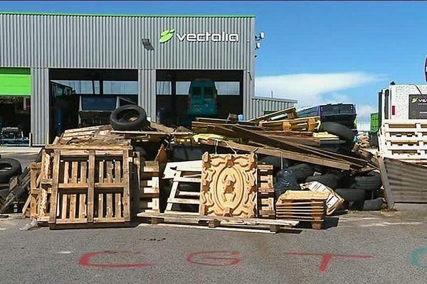 Les dépôts de bus Vectalia sont bloqués depuis lundi 22 mai par les conducteurs de bus en grève.