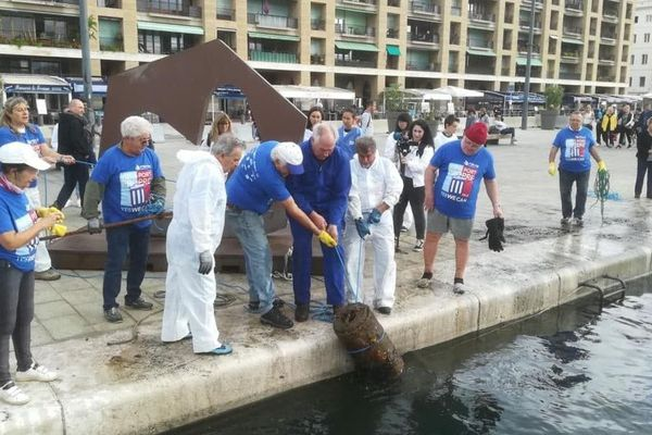 Environ 600 bénévoles à terre et 150 plongeurs ont nettoyé le Vieux-Port de Marseille.