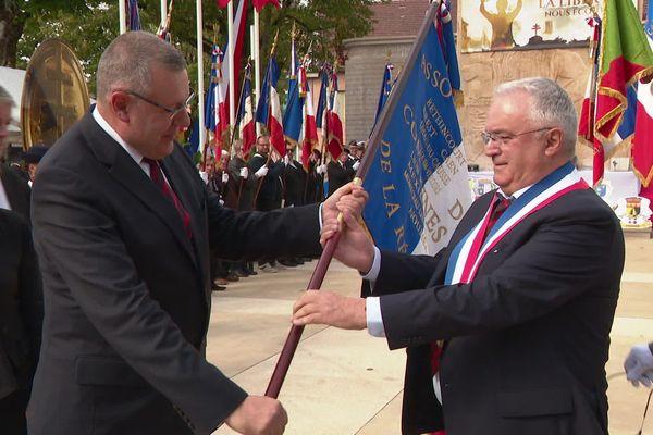 La cérémonie de passation du Drapeau de la Résistance ... c'est Oyonnax qui le conservera pour une année.