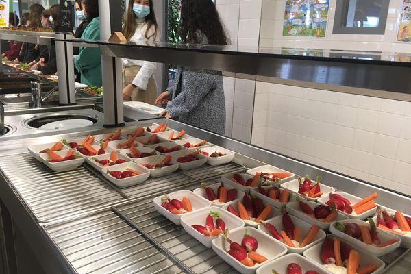 La cantine devient aussi un lieu d'éducation... du palais ! Offrir une alimentation saine et locale permet à certains élèves de découvrir une façon de manger et des produits dont ils n'ont pas l'habitude à la maison