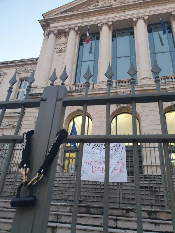 La grille du tribunal de Nice cadenassée par les avocats en grève contre la réforme des retraites, le mercredi 8 janvier 2020