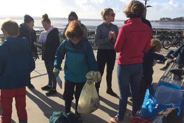 Collecte des déchets sur la plage Saint-Nazaire, le 5 novembre 2017