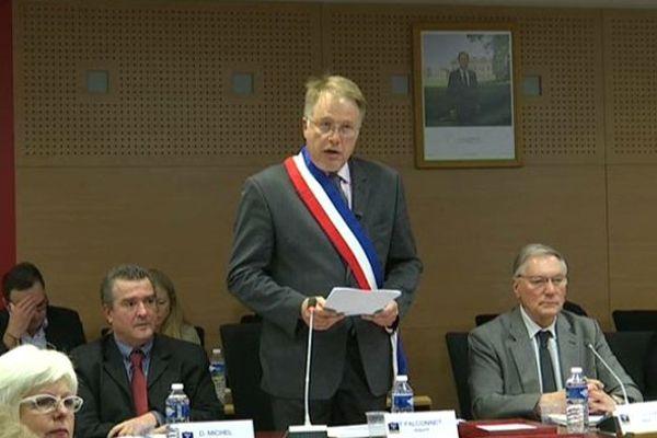 Thierry Falconnet, lors de son élection au fauteuil de maire de Chenôve le 21 septembre 2015.
