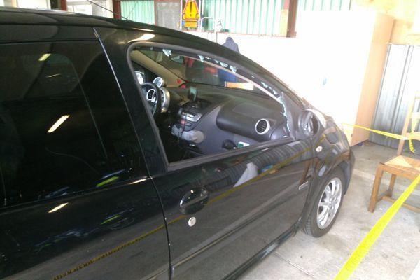 La balle est ressortie par cette vitre après avoir touché le passager de la voiture.