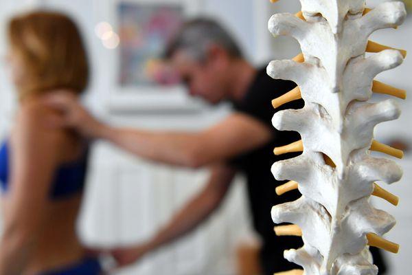 À l'occasion de la semaine du dos, qui se déroule du 16 au 20 octobre, coup de projecteur sur la chiropraxie. Cette discipline, peu connue du grand public, soulage pourtant bien des douleurs au dos et dans le corps.