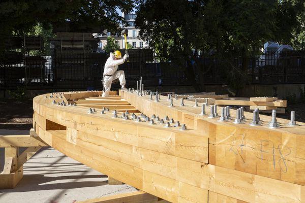 Un charpentier assemble l'un des 28 cintres servant à sécuriser les arcs-boutants. Chaque cintre, fabriqué sur mesure, en Lorraine, est assemblé sur place.