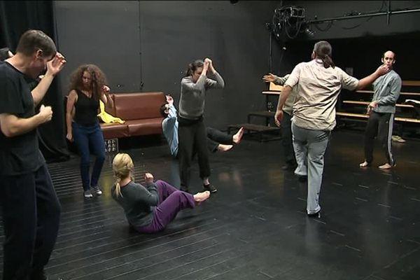 Une séance de training en musique entre 2 répétitions pour les comédiens de la Bulle Bleue - janvier 2019
