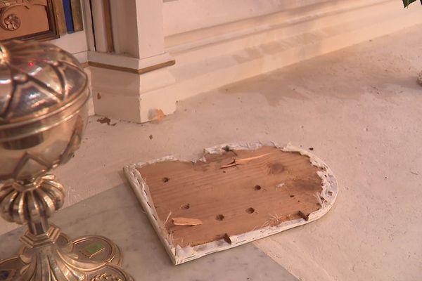 Les traces de la la profanation à l'intérieur de l'église.