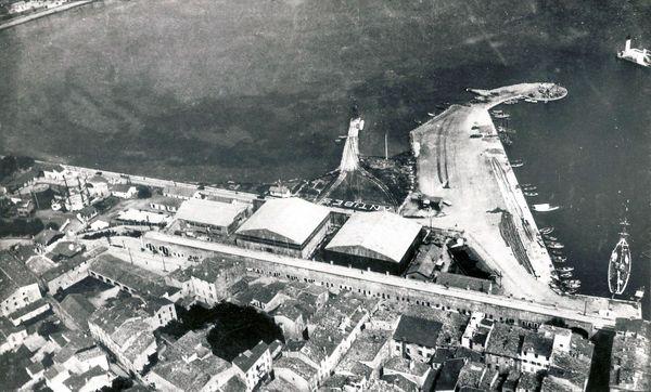"""Photo aérienne de la base d'hydravions d'Antibes, avec inscrit au sol """"Antibes"""" pour que se soit lisible vu du ciel."""