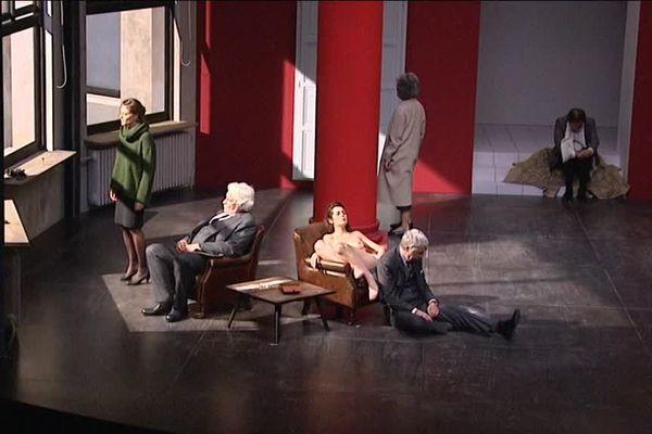 La pièce bouscule le rapport à l'espace et au temps, servie par une troupe de comédiens brillants.