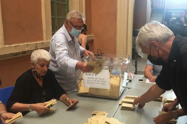 À la mairie d'Ajaccio, le dépouillement s'est déroulé dans le calme et devant moins de monde qu'à l'accoutumée.