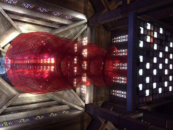 Dans l'eglise Saint-Joseph, l'oeuvre monumentale de la japonaise Chiharu Shiota