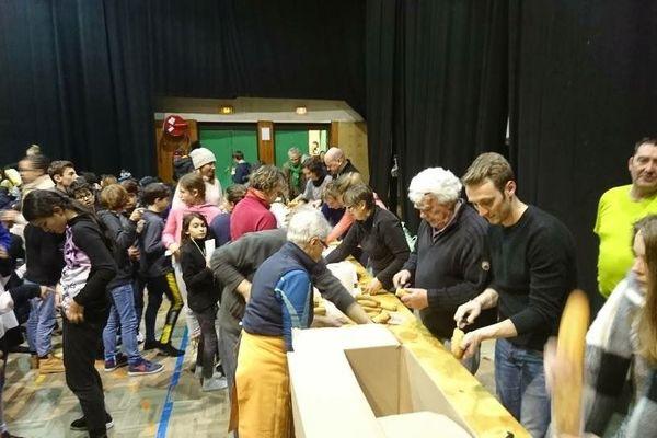 Hautes-Alpes : distributions de sandwichs pour 150 enfants bloqués dans la salle polyvalente de Guillestre à cause de la neige (01/02/2019).