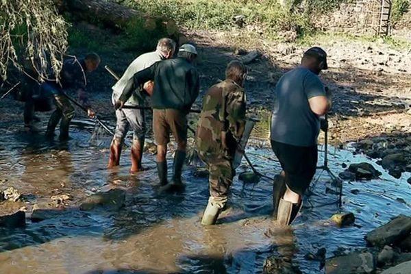 Les pêcheurs de l'AAPPMA de La Rochefoucauld ratissent les trous d'eau subsistant dans la Tardoire pour retrouver des poissons ou des alevins.