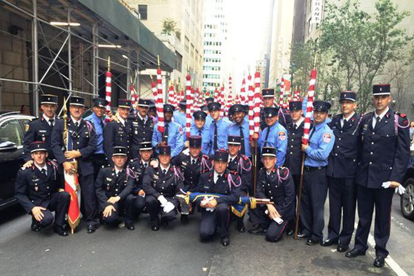 Les pompiers de Nevers avec les pompiers du FDNY (pompiers de New York) à la fin du défilé sur la 5eme avenue après la cérémonie de la cathédrale st Patrick.