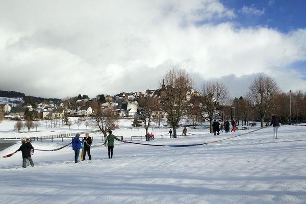 Plus de 800 mètres d'écharpes ont été mises bout à bout vendredi 9 décembre dans le village de la Tour d'Auvergne dans le Puy-de-Dôme. Les fonds récoltées avec la vente des écharpes seront reversés au profit du Téléthon.