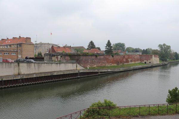 Les fortifications du bastion des Forges, à Bouchain, le long de l'Escaut.
