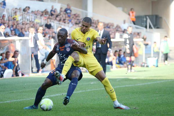Le Parisien Kylian Mbappé (à droite), sur la pelouse du stade de la Mosson, à Montpellier, lors d'un match de Ligue 1, Montpellier-PSG, le 23 septembre 2017.